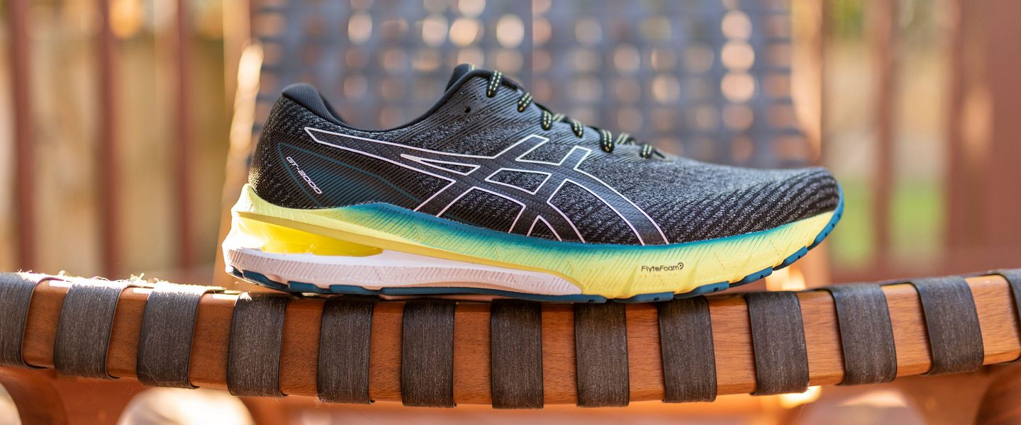 A side view of the men's ASICS GT-2000 10.